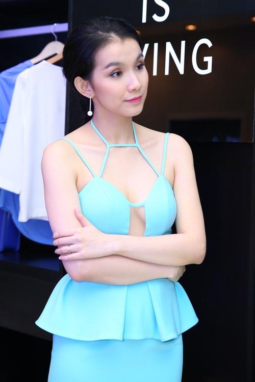 Bất ngờ với váy cắt xẻ táo bạo sexy của hoa hậu thùy lâm