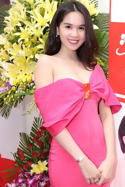 Ngọc trinh gợi cảm bên chiếc váy hồng buông vai trần