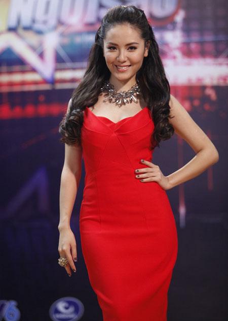 Phương linh rực rỡ với bộ váy đỏ nổi bật