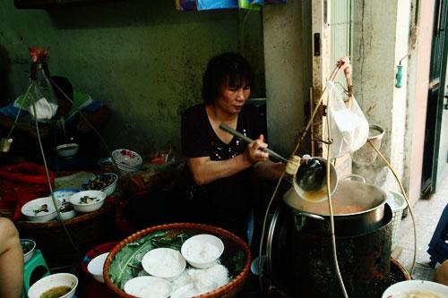 Thưởng thức món bún ốc hàng chai - đậm đà hương vị gia truyền