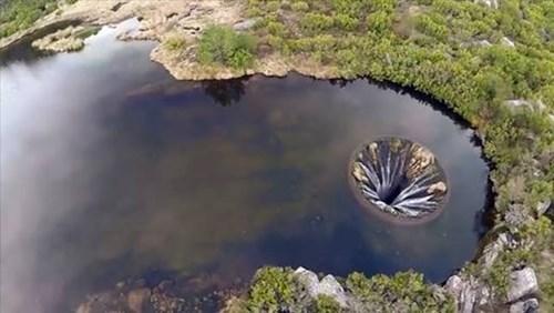 Cảnh đẹp của hồ nước như cánh cổng vào xứ sở thần tiên