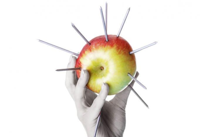 Cô nàng đâm 12 cây đinh vào quả táo trước khi ăn