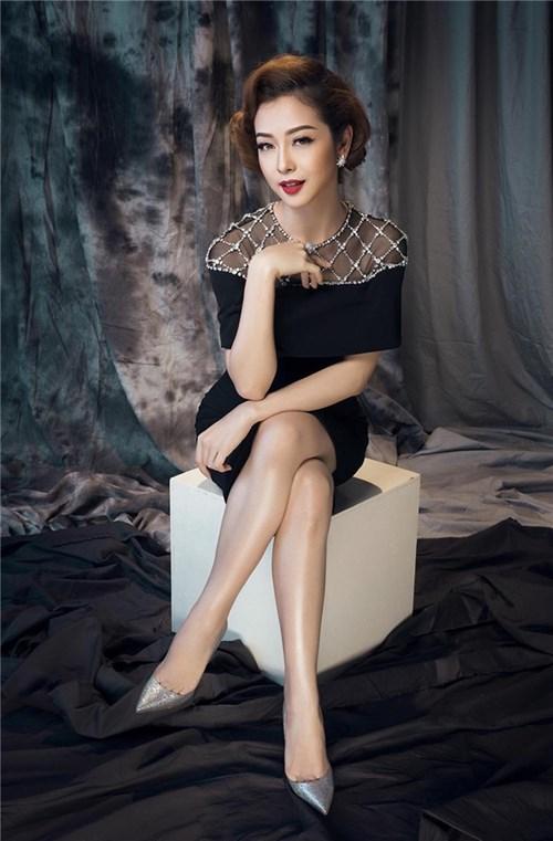 Jennifer phạm sang trọng và lộng lẫy với váy áo sắc đen