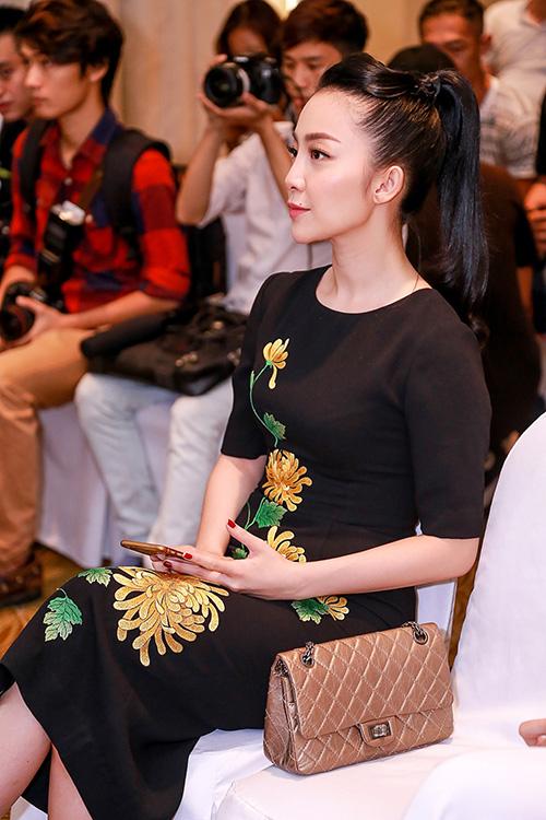 Linh nga cao quý sang trọng trong chiếc váy thêu hoa cúc