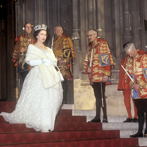 Thời trang của nữ hoàng anh từ thơ ấu tới lúc bạc đầu