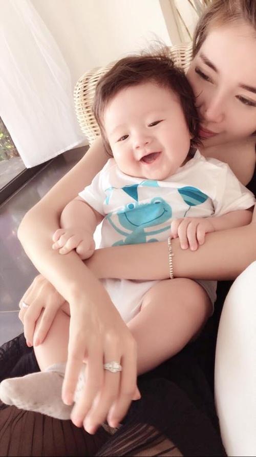 Con trai elly trần cười toe toét trong vòng tay mẹ