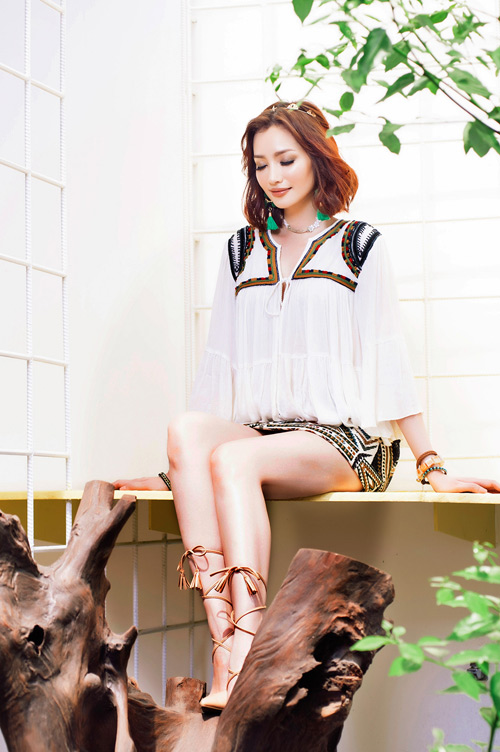 Hoa hậu trúc diễm khoe lưng trần quyến rũ với trang phục hè