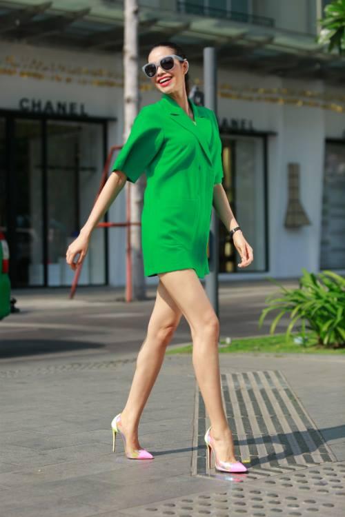 Học theo phạm hương cách mặc váy bình dân cực đẹp
