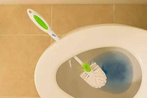 8 bí quyết làm sạch phòng tắm thần tốc cho vợ đảm