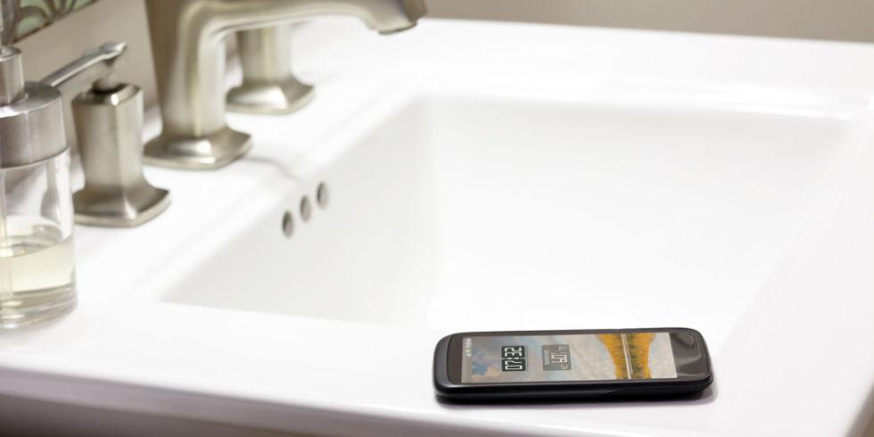 Cảnh báo nhiễm vi khuẩn khi dùng điện thoại trong nhà vệ sinh