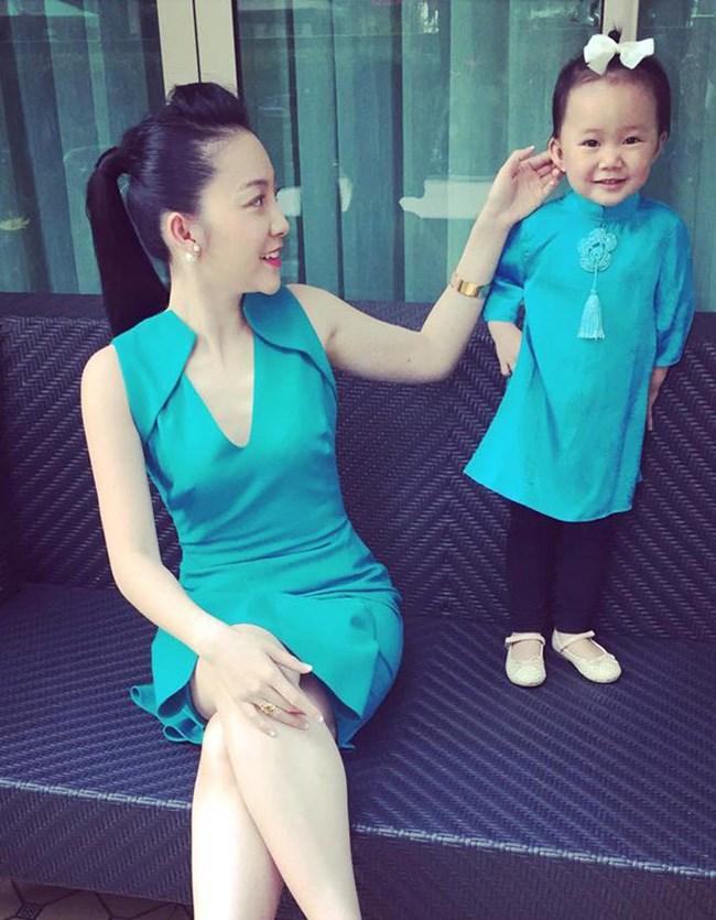 Linh nga và con gái đáng yêu trong bộ đồ đôi