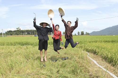 Ngắm lại thí sinh project runway hóa thôn nữ trên cánh đồng