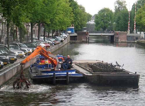 Nghề câu xe đạp dưới lòng kênh amsterdam