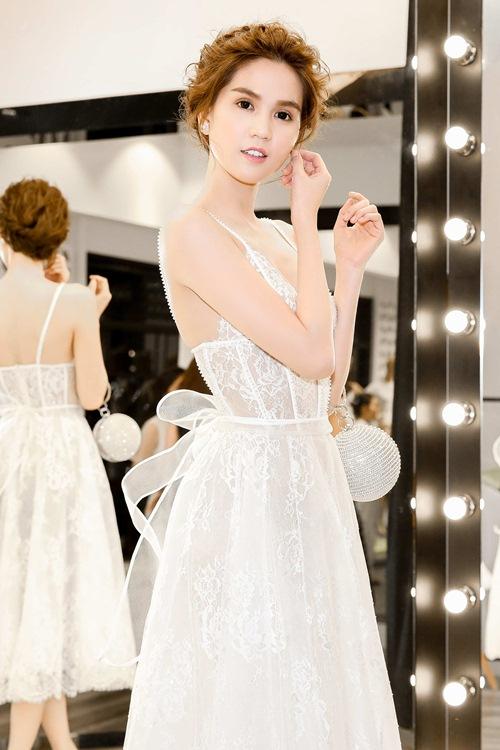 Ngọc trinh úp mở vòng 1 với váy ren