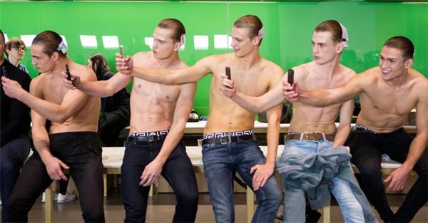 Những khoảng khắc ảnh hiếm hoi ở hậu trường show diễn thời trang nam