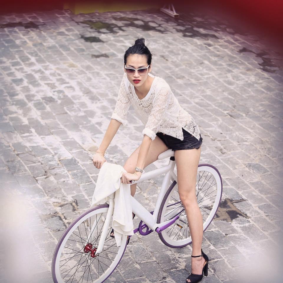 Quý cô chân dài yêu xe đạp hơn xế hộp