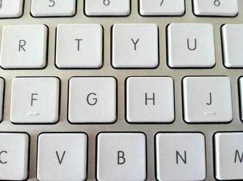 Bạn có biết tại sao phím j và f trên máy tính số 5 trên điện thoại lại có gờ nổi