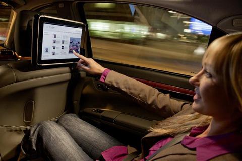 Mercedes-benz dùng ipad làm màn hình giải trí trong xe