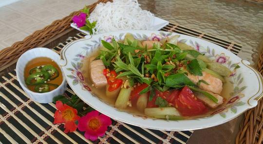 Món canh chua cá hồi nóng hỏi vừa thổi vừa ăn