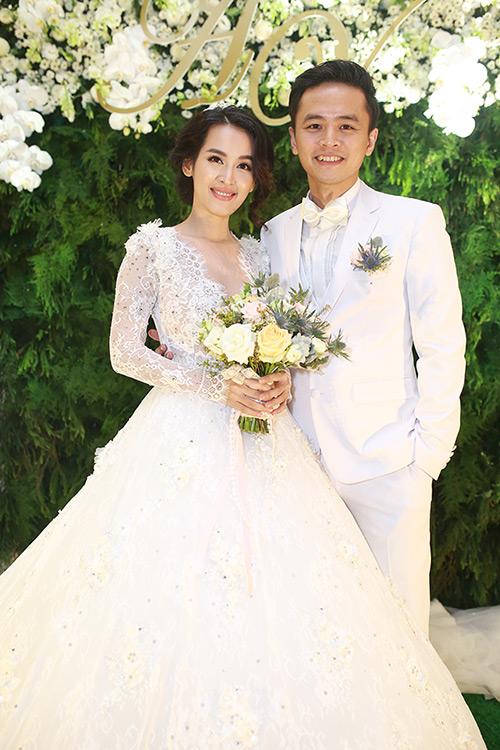 Cận cảnh váy cưới đẹp đến nín thở của tú vi