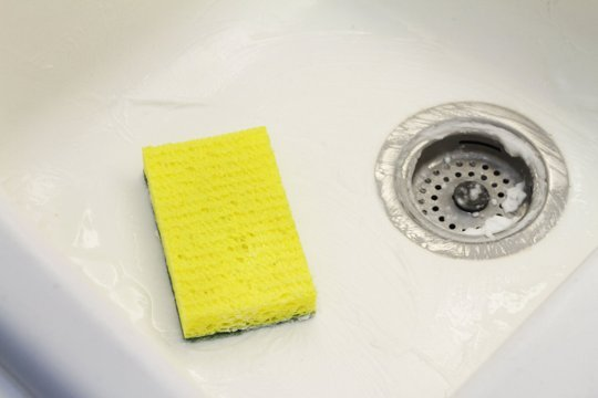 Cọ sạch bồn rửa bát mà không hại da tay