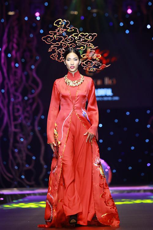 Lan khuê phạm hương xúng xính áo dài đa sắc