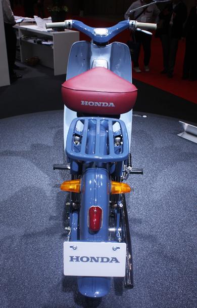 Honda cub c100 khoe dáng trên quê nhà