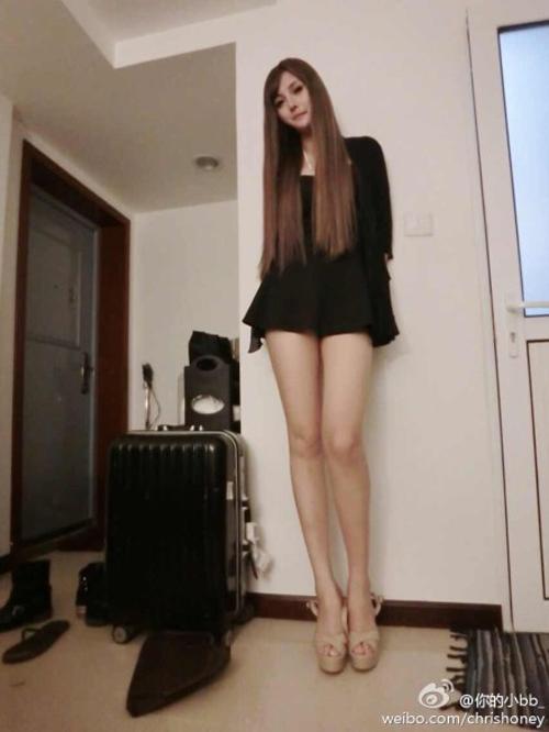 Mỹ nữ xăm mình gợi cảm có cặp chân dài 1m20