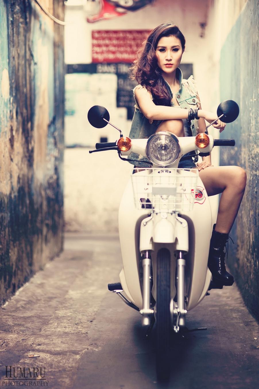 Ngắm chân dài cá tính bên xe máy honda cub