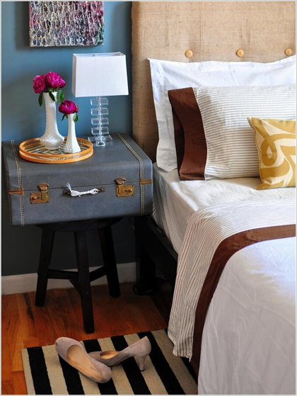 Thay bàn đầu giường bằng chỗ để đồ tiện dụng