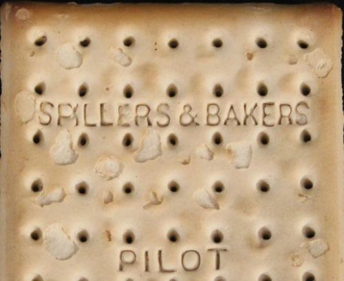 Ngăm chiếc bánh quy 103 tuổi sót lại từ thảm kịch titanic