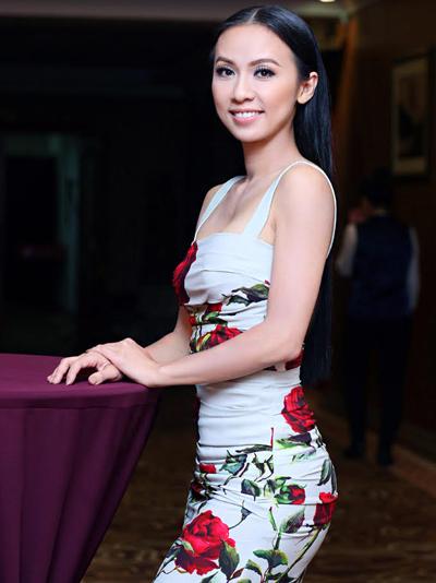 Huyền ny khoe dáng với váy hiệu 3000 usd