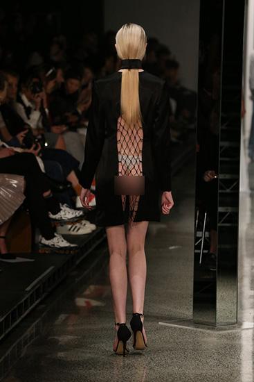 Váy lưới hở ngực gây sốc của nhà thiết kế new zealand
