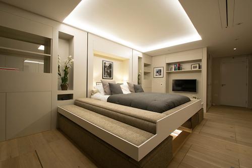 Giường rơi từ trần khiến phòng ngủ đè phòng khách