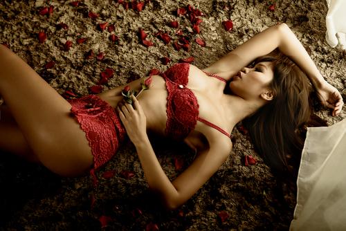 Hà anh diện trang phục đồ lót gợi cảm ngày valentine