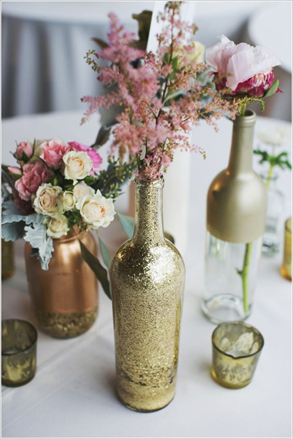 Hoa cắm trong lọ tái chế vẫn đẹp lung linh