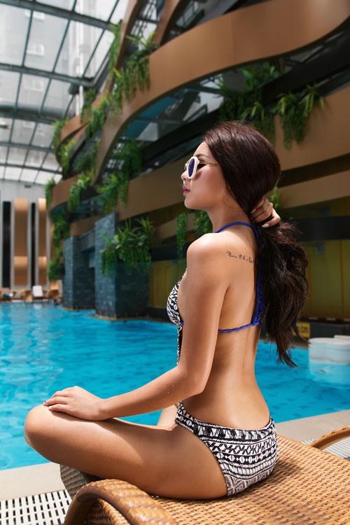 Làn da ngăm nóng rẫy nhờ bikini trắng đen