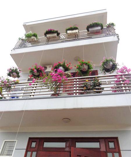 Ngôi nhà ba tầng lãng mạn với hoa nở quanh năm