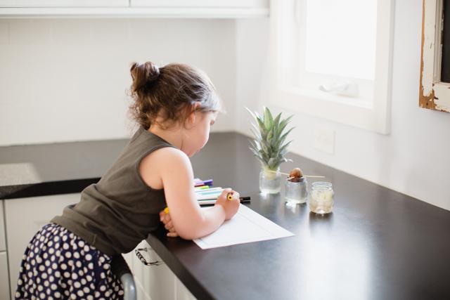 Tập trồng hành lá dứa bơ đơn giản trong cốc tại nhà