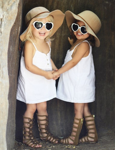 Hai bé gái được mẹ cho mặc đồ đôi sành điệu