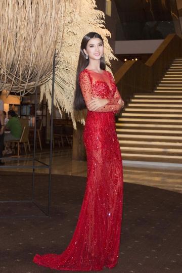 Hoàng oanh kim tuyến diện váy voan dự tiệc