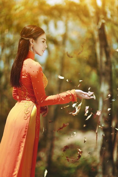 Ngắm á khôi lệ quyên duyên dáng thướt tha với áo dài cách điệu