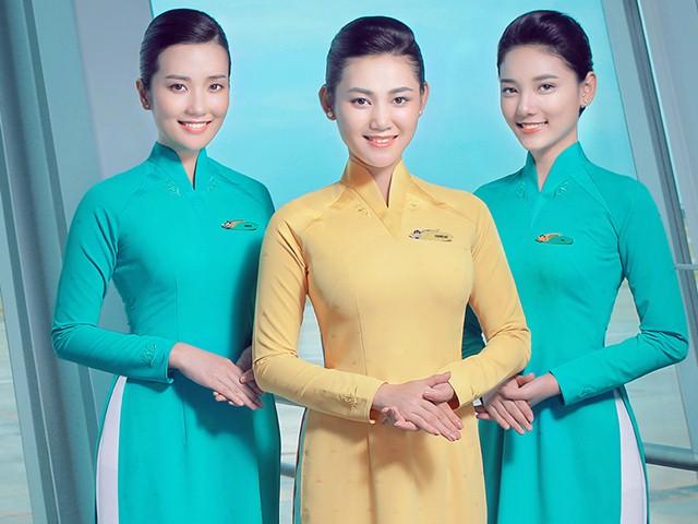 Nữ tiếp viên hàng không xinh như hoa với đồng phục mới