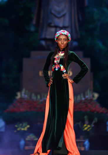 Ngắm tà áo dài của các cô gái ngoại quốc