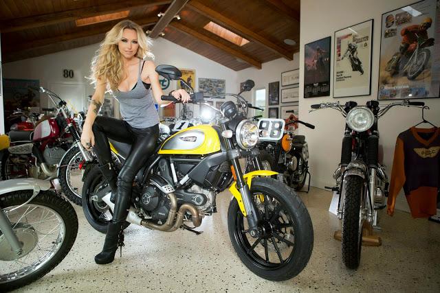 Nữ biker tóc vàng xinh đẹp đọ dáng cùng ducati scrambler