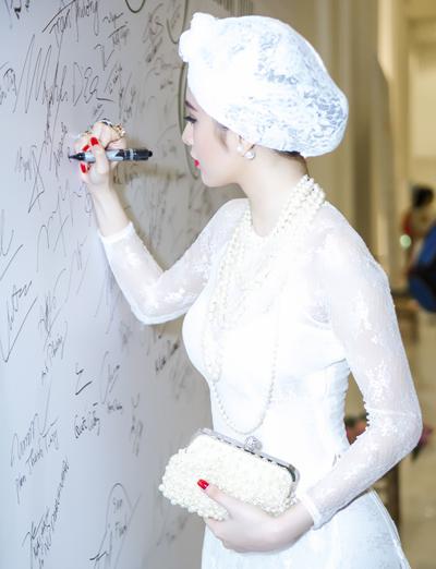 Angela phương trinh diện áo dài phong cách retro