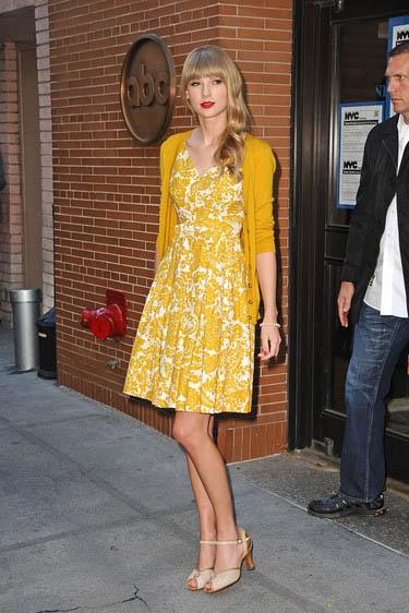Diện váy hoa vintage đẹp như taylor swift