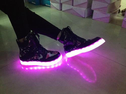 Giới trẻ thích thú với mốt giày phát sáng
