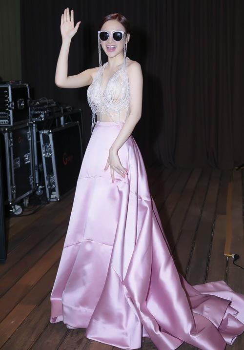 Những bộ váy angela phương trinh không nên mặc lại lần thứ 2