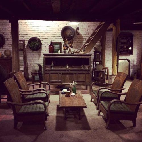 Quán cà phê trong ngôi nhà sàn cổ giữa hà nội